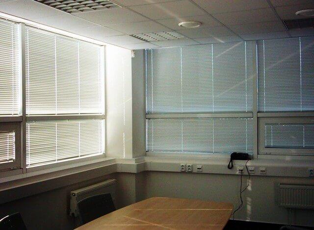 Horizontálne hliníkové žalúzie v kancelárií
