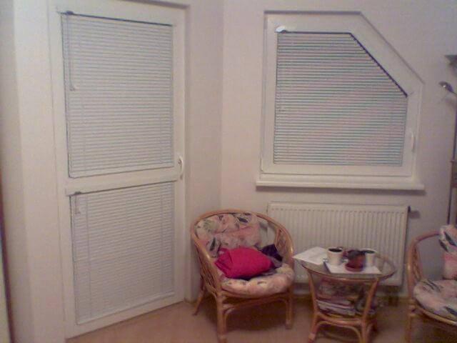 Horizontálne hliníkové žalúzie v interiéri