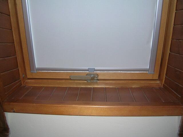 Látkové roletky na okne v byte