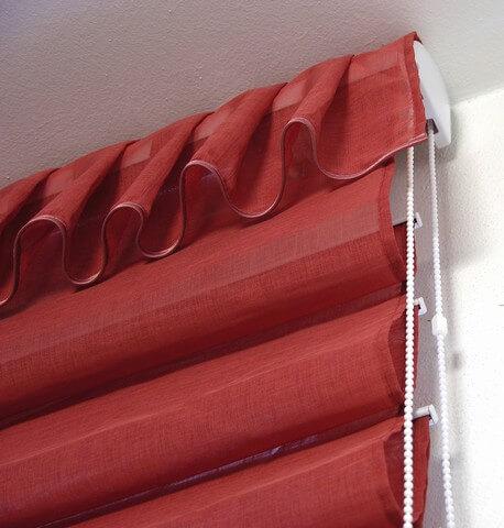 Látkové roletky červenej farby na okne