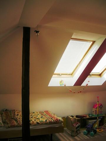 Horizontálne hliníkové žalúzie v podkroví v dome.