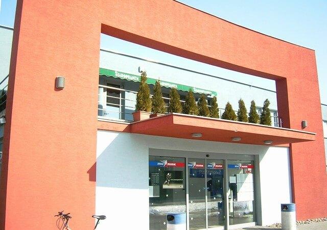 Zeleno-biela markíza pred vstupom do predajne