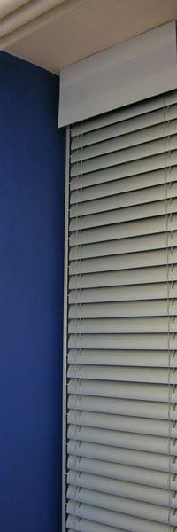 Vonkajšie hliníkové žalúzie v byte na okne
