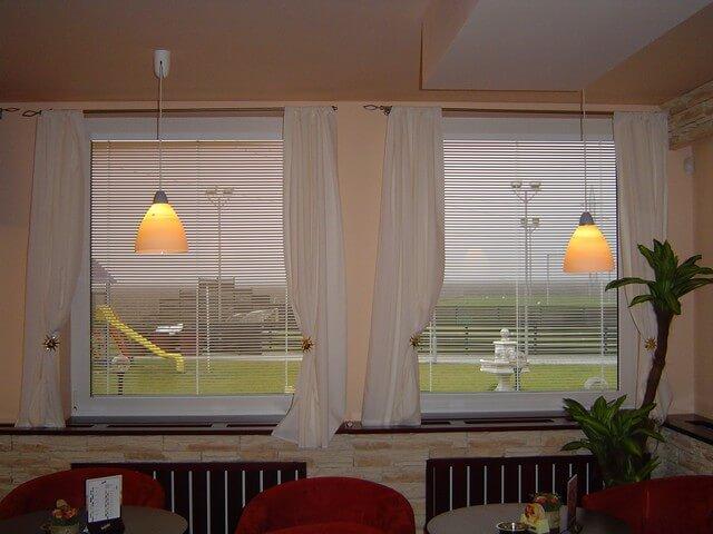 Horizontálne hliníkové žalúzie v obývačke
