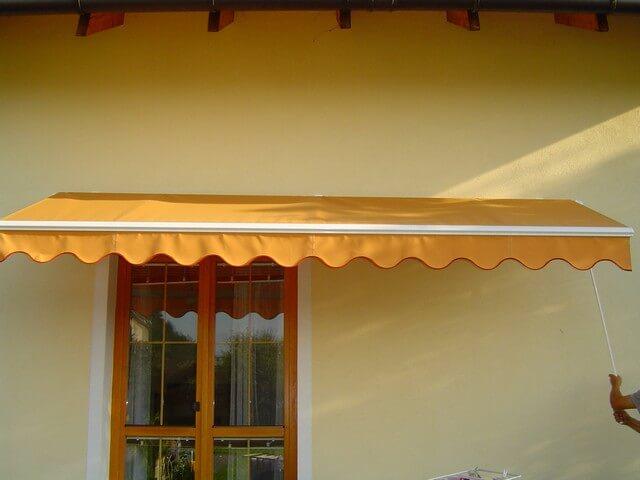 Oranžová markíza na dome